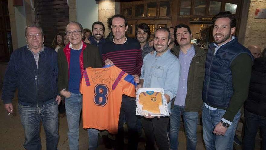 Stoichkov cumple y envía una camiseta a su gran fan de Avilés