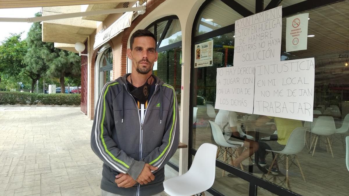 Daniel España, ayer en su bar cafetería donde llevaba diez días en huelga de hambre.