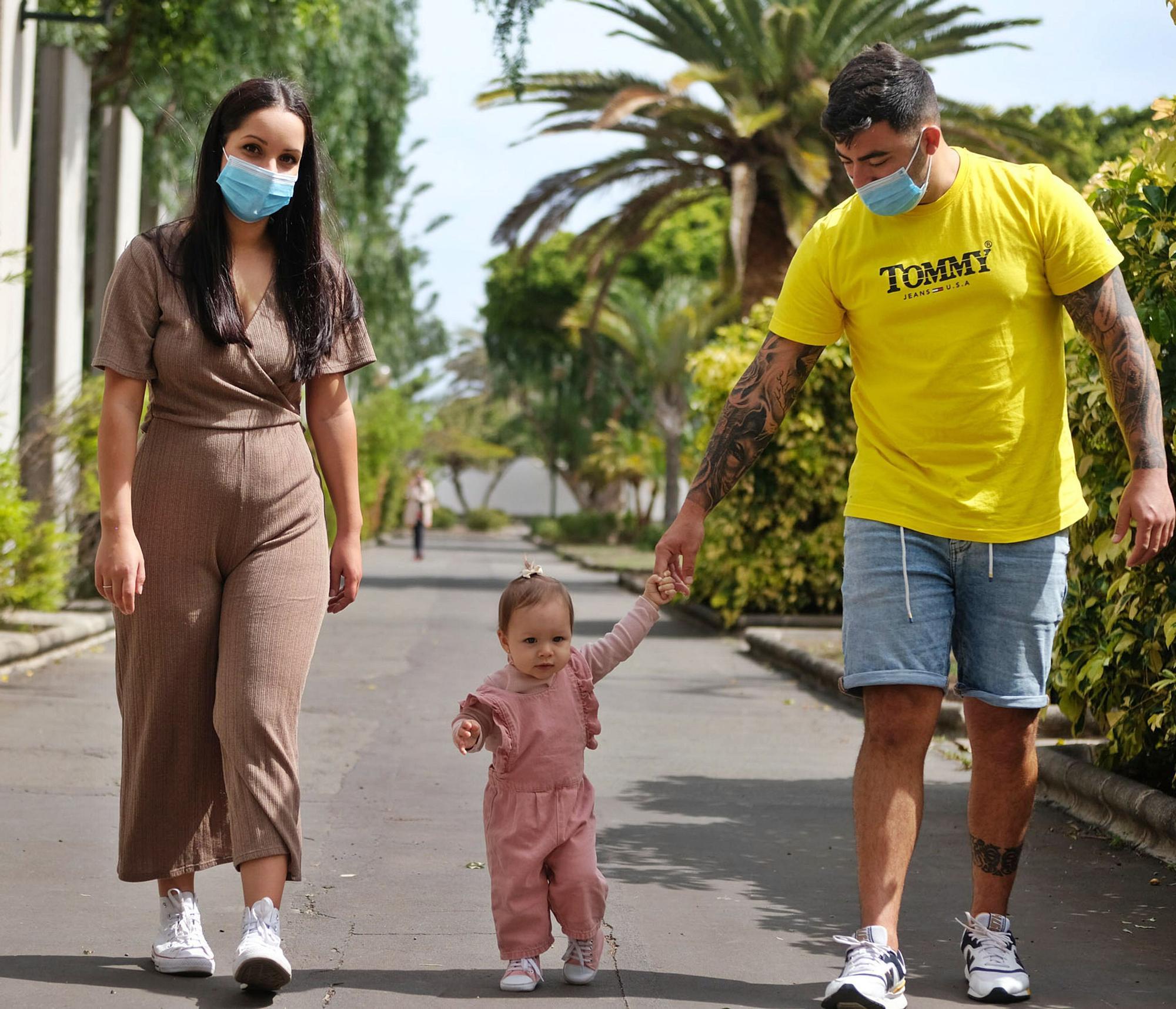 En el centro, la pequeña Valeria Benítez Sastre, agarrada de la mano de sus padres, Covadonga Sastre y Kioma Benítez, en el parque San Juan de Telde. | | JOSÉ CARLOS GUERRA