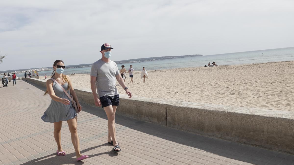 Una pareja pasea junto al mar en Playa de Palma.