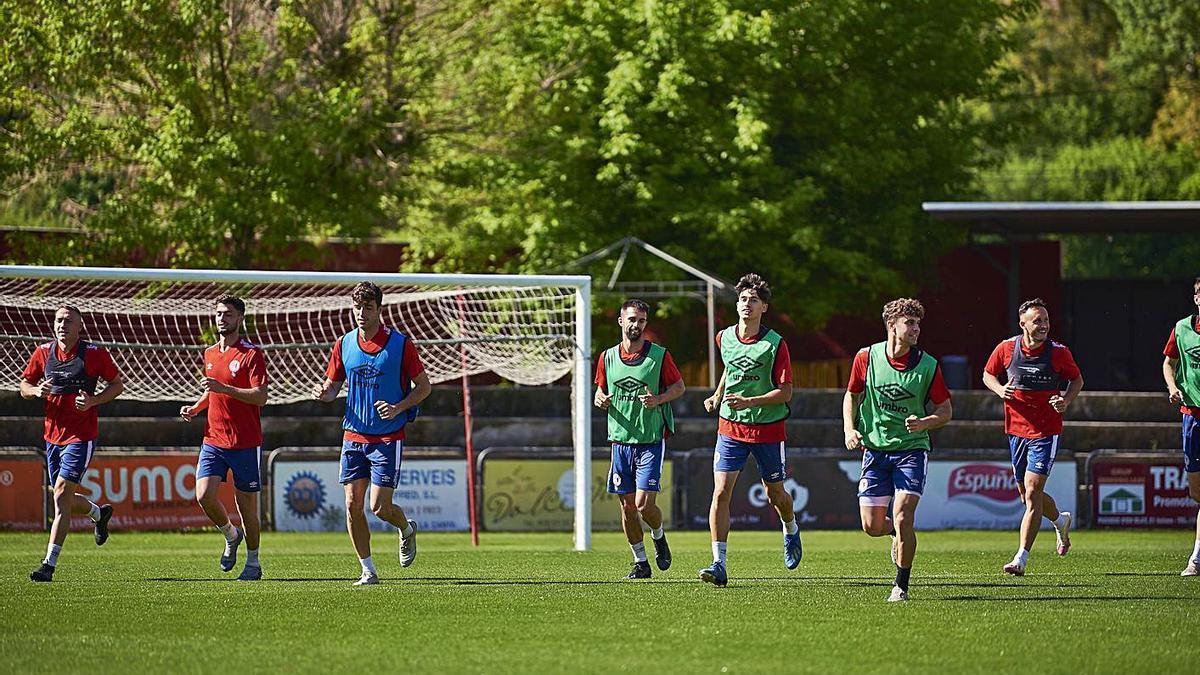 Els jugadors de l'Olot durant un entrenament d'aquesta temporada.  | UE OLOT