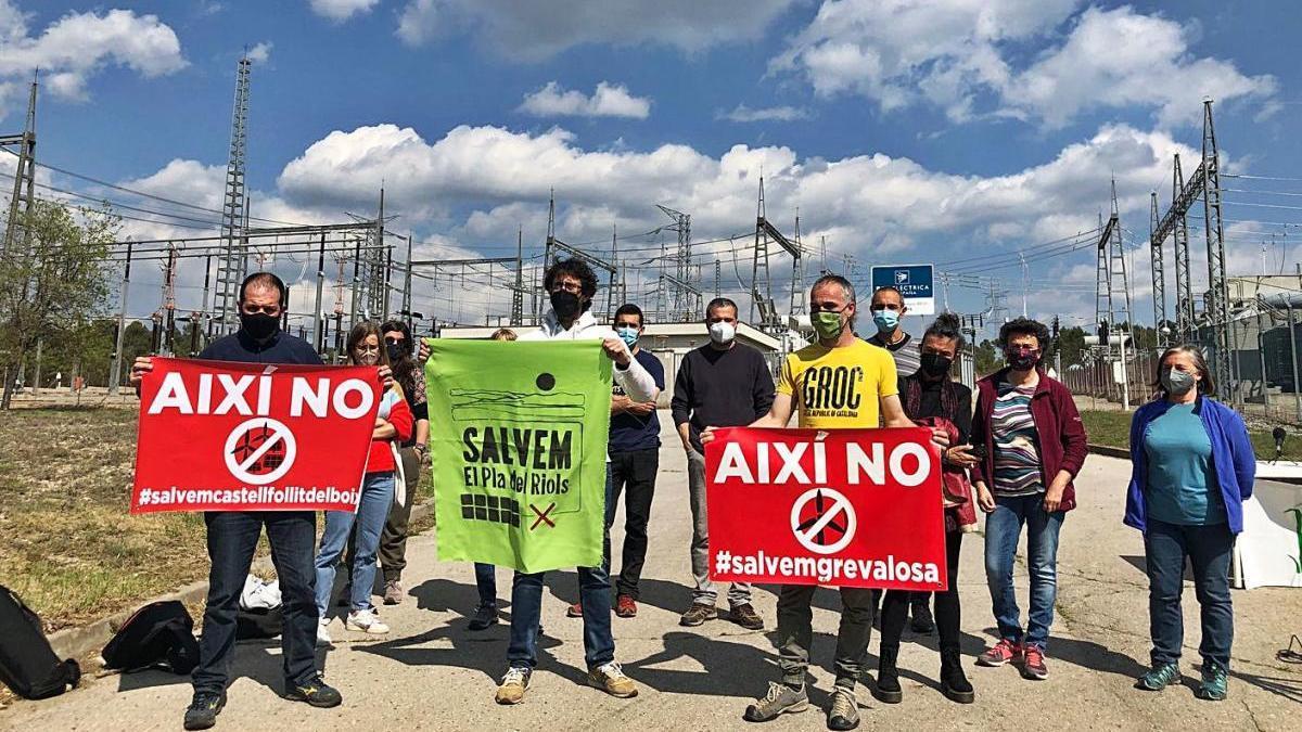 Representants veïnals i de les entitats ecologistes, amb pancartes, ahir a Calders