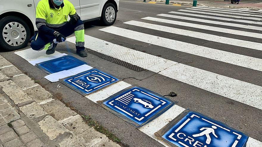 Pintan pictogramas en los pasos de peatones de Alcoy para personas autistas