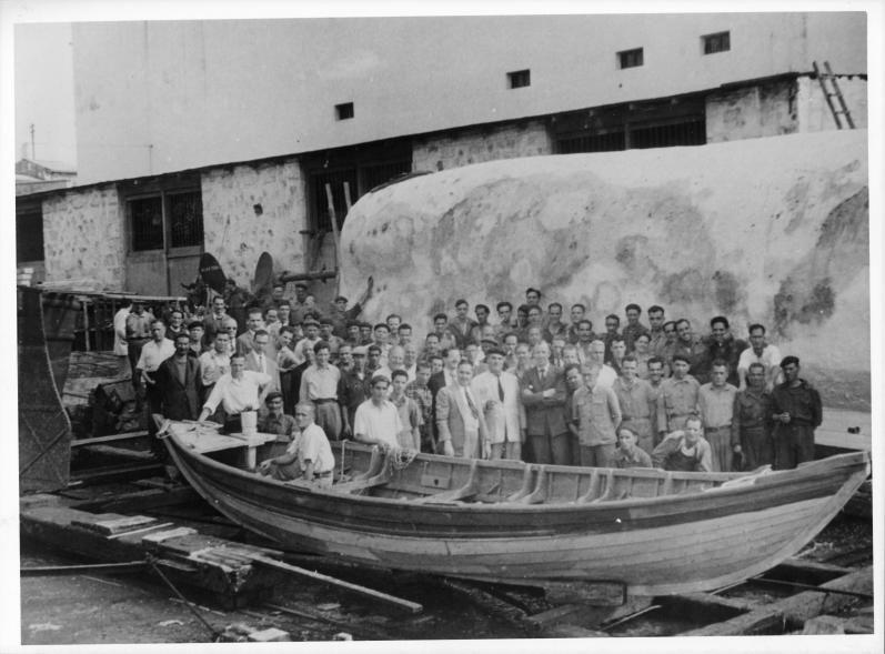 Los trabajadores del astillero, junto a la gran ballena blanca.     LP/DLP