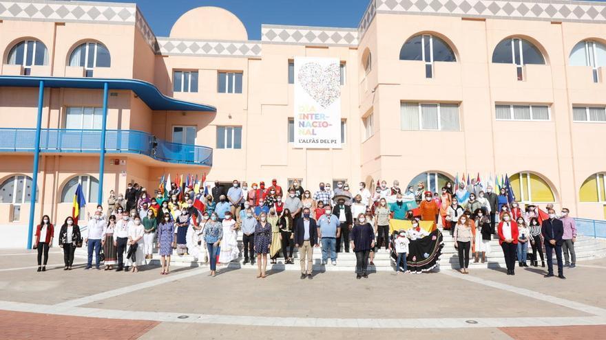Vicente Arques apela a la unidad de culturas, lenguas y banderas en el Día Internacional de l'Alfàs del Pi