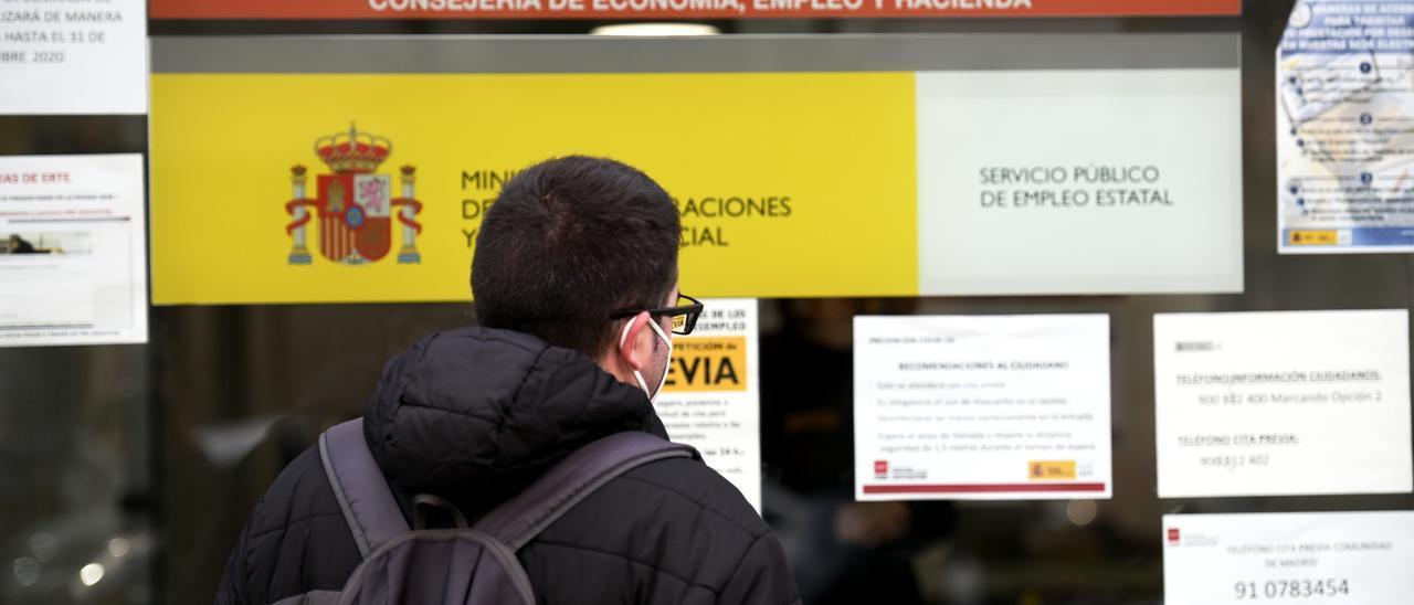 Un joven frente a una oficina de empleo en Madrid.