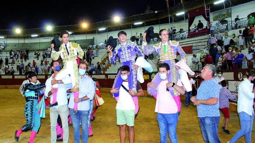 Vázquez, Valderrama y Romero salen a hombros en la novillada de Cabra