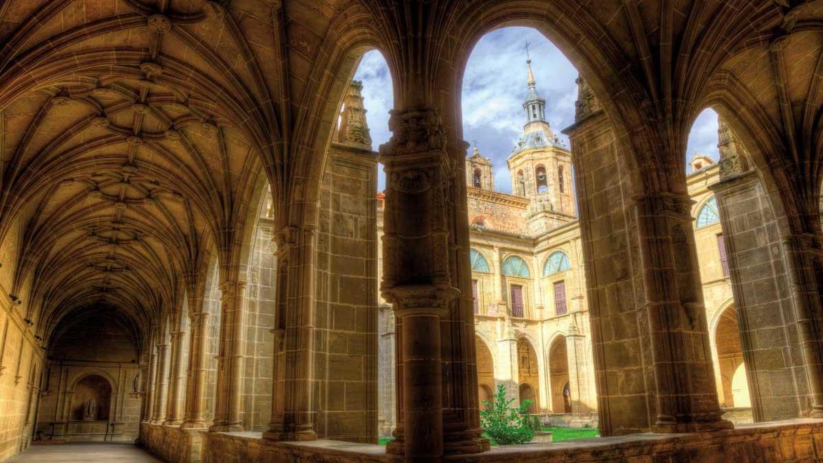 El bello claustro del monasterio de Yuso, en San Millán de la Cogolla.