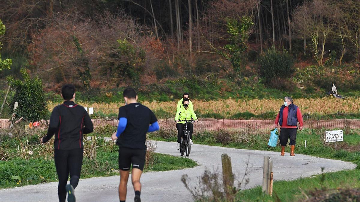 Vecinos, senderistas, ciclistas y 'runners' conviven en el Camiño de Campos que une Feáns y el castro de Elviña. |  // VÍCTOR ECHAVE
