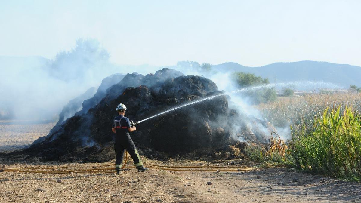 Dos fuegos arrasan 21.000 metros cuadrados de pastos