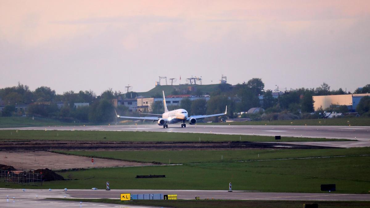 Avión de Ryanair en el aeropuerto de Minsk.