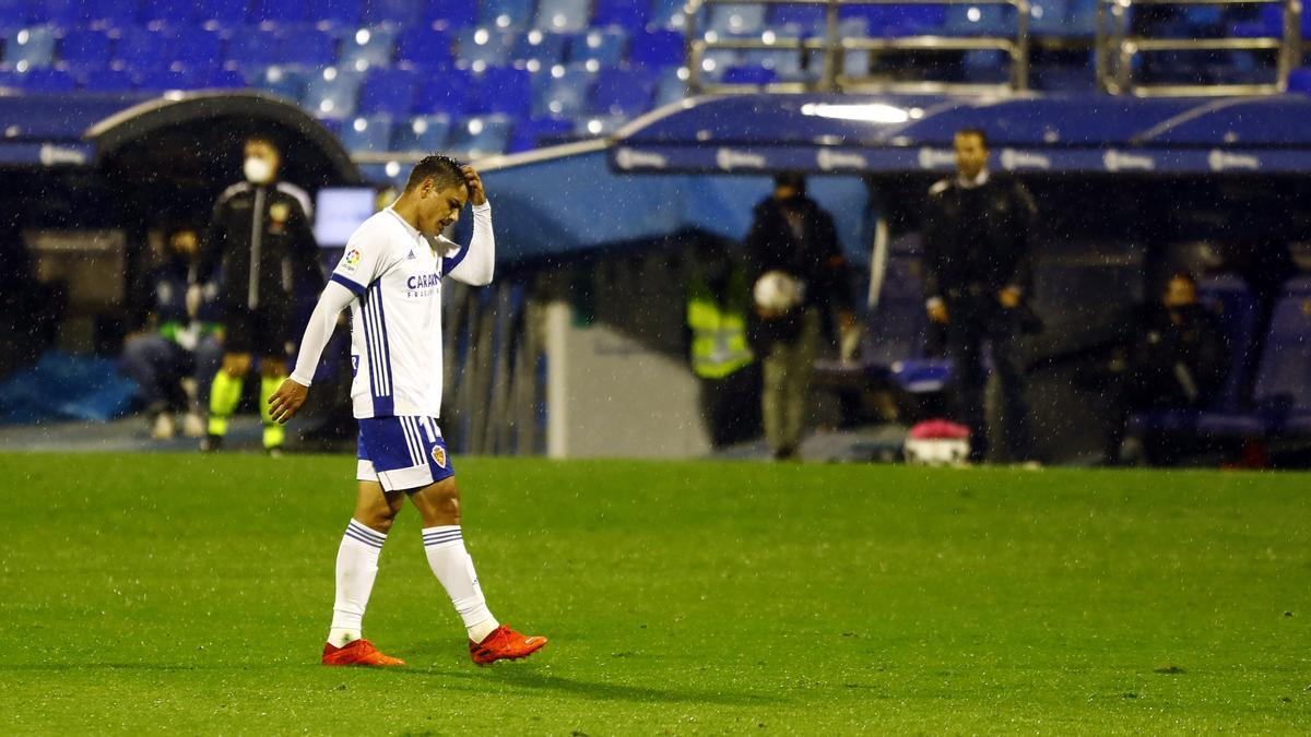 El Toro Fernández, apesadumbrado al final de un partido con el Real Zaragoza.