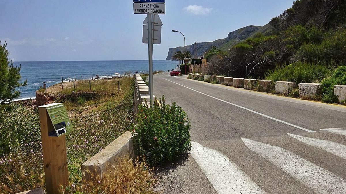 El punto en la carretera de Las Rotas donde se colocará la barrera de cierre del acceso.  | CARLOS LÓPEZ