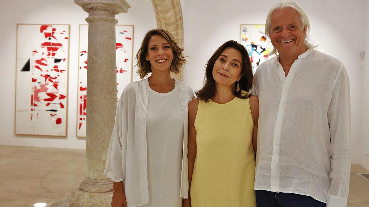 Strahlen um die Wette: die frisch ernannte Direktorin Sara G. Arjona (li.), Galeristin María Baró (Mi.) und Enno Scholma (re.). | FOTO: NELE BENDGENS