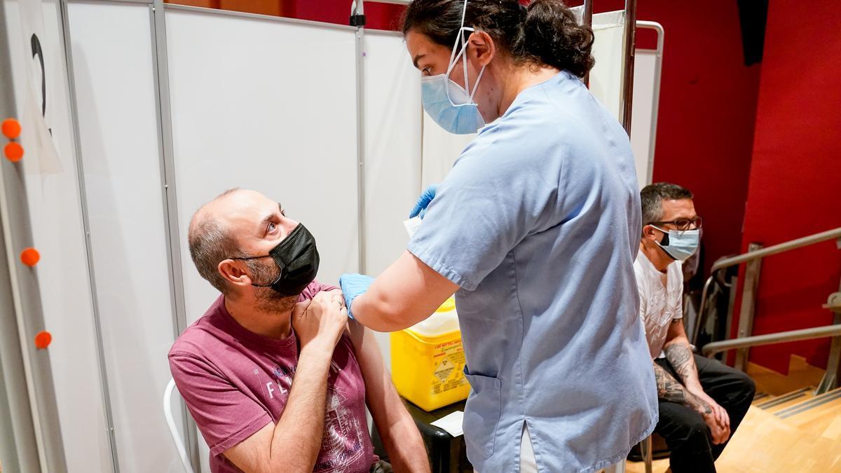 Un hombre recibe la vacuna en Madrid.