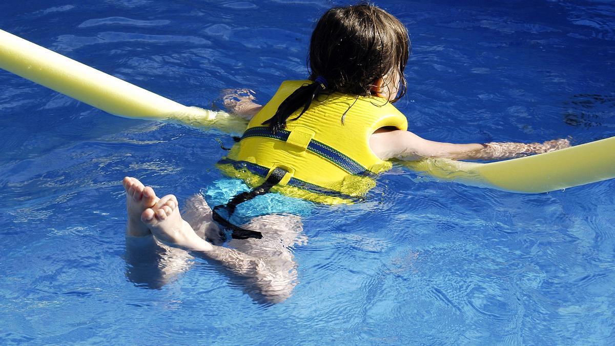 Una niña en una piscina