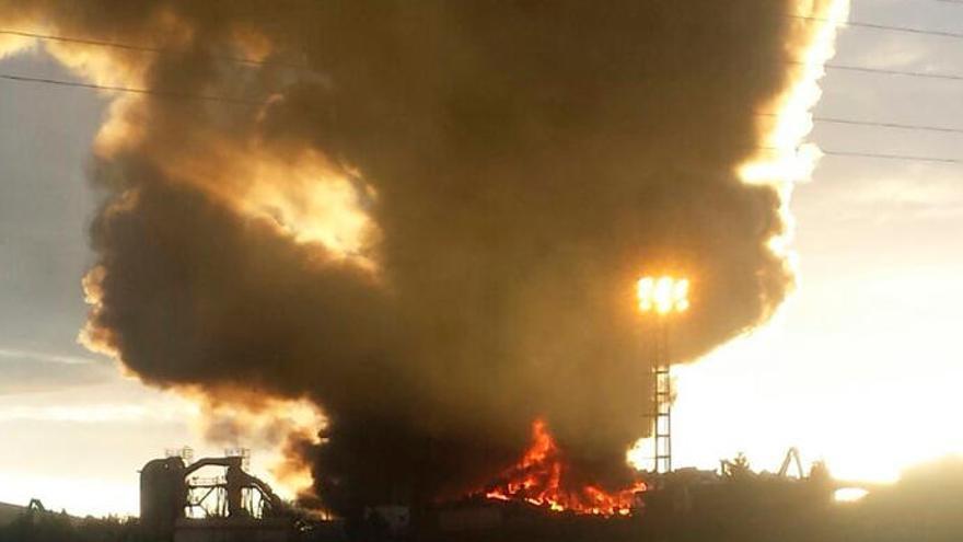 Alarma por un enorme incendio en un desguace de Gijón