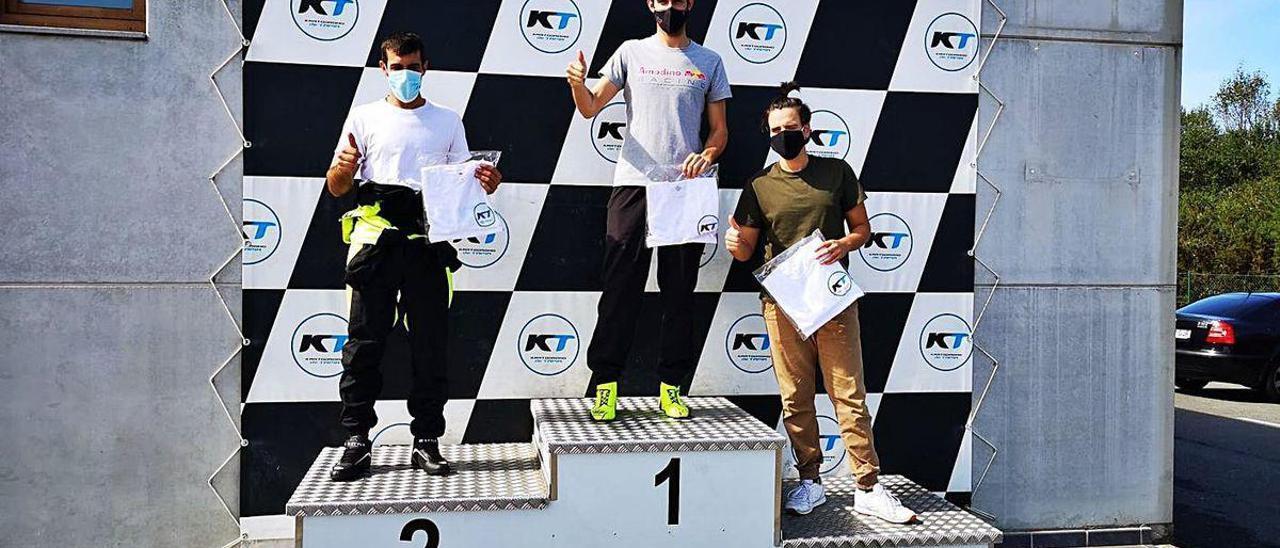 Adrián Rozados posa en lo más alto del podio del kartódromo de Tapia, el pasado domingo.
