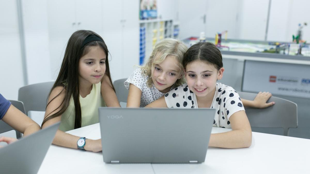 Aquae STEM achegaralles mensualmente ás alumnas as experiencias de enxeñeiras, matemáticas, biotecnólogas ou informáticas españolas para espertar o seu interese.