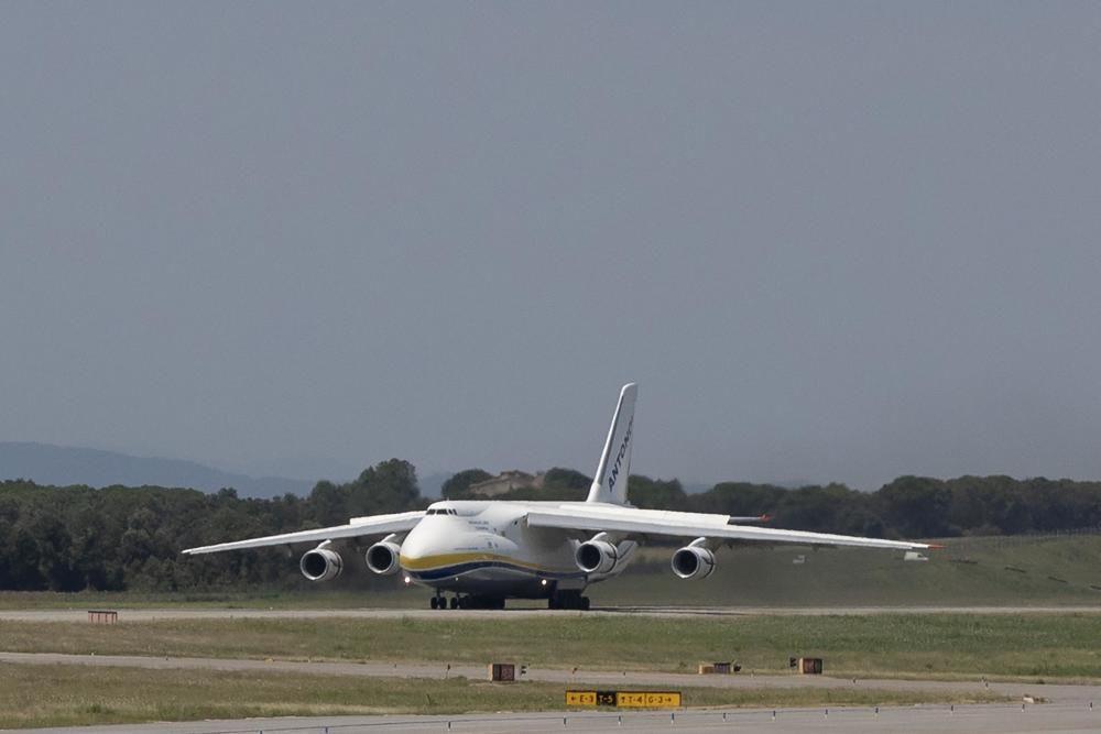 Un dels avions més grans del món, a l'aeroport de Girona