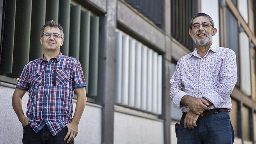 A l?esquerra, un dels autors de Gramàtica Zero, Francesc  Esteve, i al  costat, el director del Servei de Política Lingüística, Rafael Castelló.