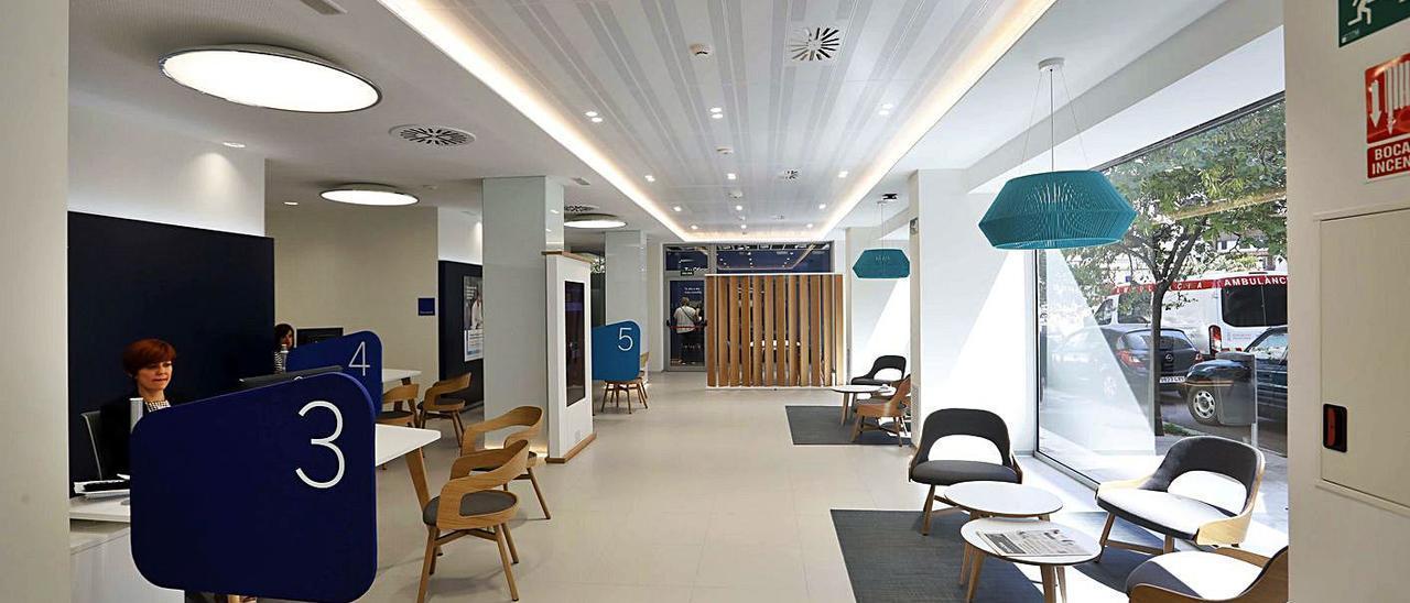 Interior de una oficina bancaria en València. | MIGUEL A. MONTESINOS