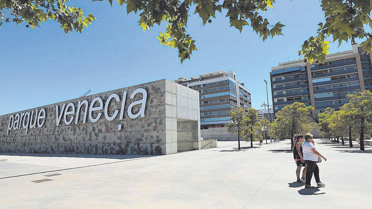Acceso al barrio de Parque Venecia de Zaragoza.
