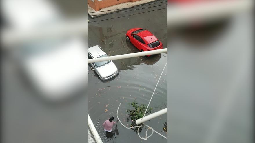 Una espectacular tromba provoca un reguero de inundaciones en Gijón y Avilés