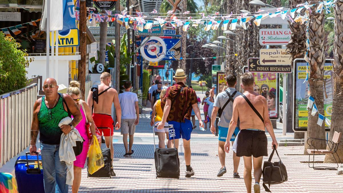Turistas británicos abandonando sus hoteles en Benidorm este verano.