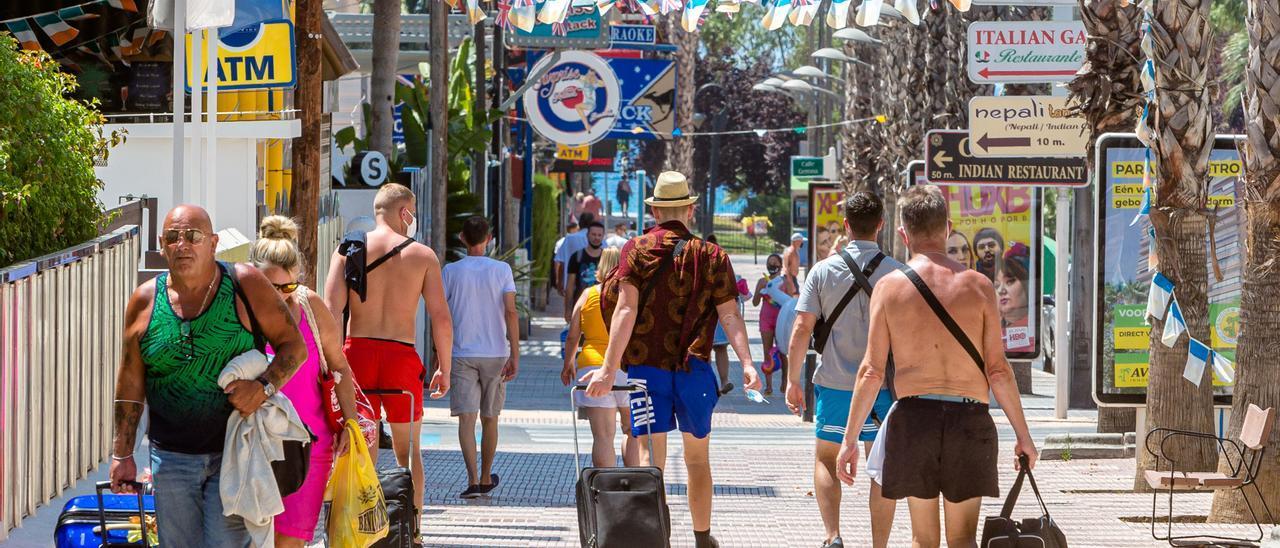 Turistas de Benidorm abandonando sus hoteles este verano.