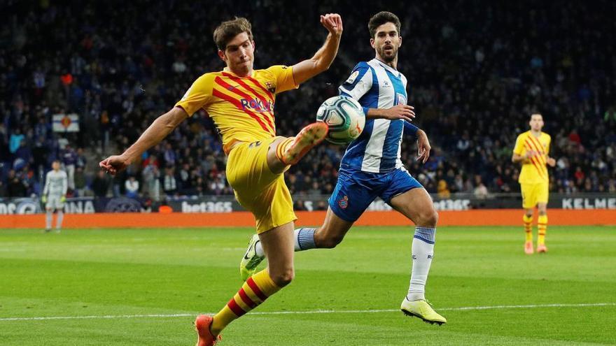 El Barça dona aire a un orgullós Espanyol