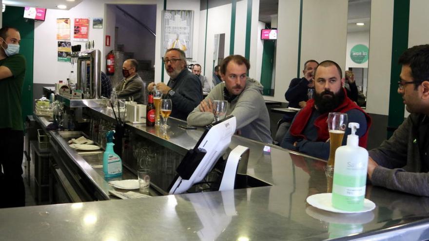 Una trentena de restauradors de Manresa exigeixen a l'Ajuntament descomptes en les taxes