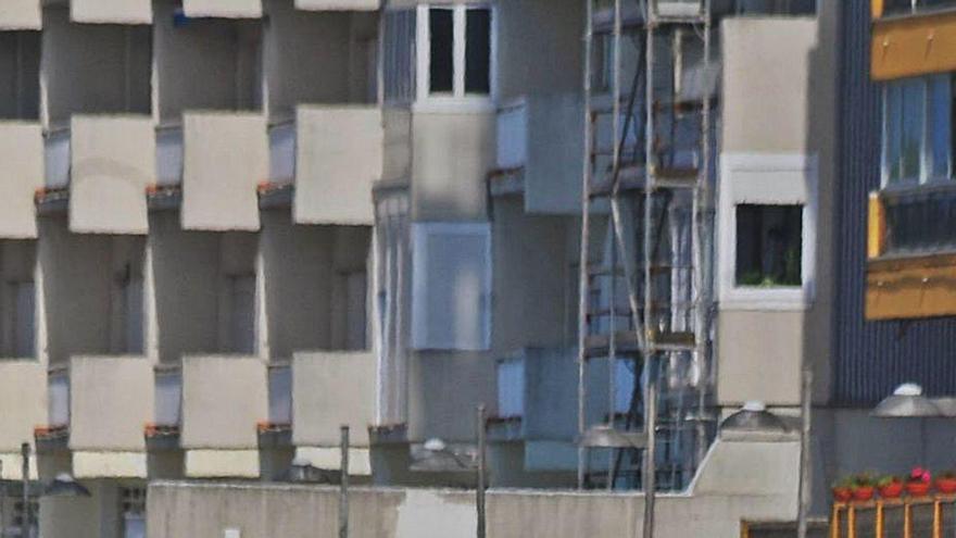 El Concello opta por reparar las losetas en el tramo pendiente de la reforma del paseo marítimo