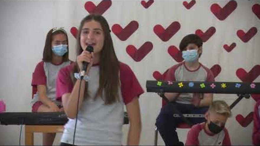 Els alumnes de sisè de l'escola Vedruna Manresa s'acomiaden cantant