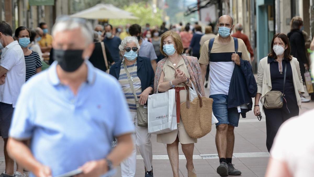 Gente paseando con mascarilla por Pontevedra. // Rafa Vázquez
