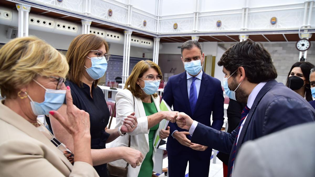 López Miras saluda a los diputados expulsados de Cs y Vox que han apoyado la reforma de la ley