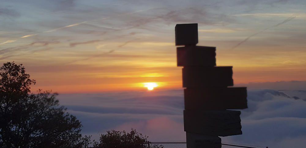 Montserrat. Fotografia enviada per un lector des de la muntanya de Monsterrat, que ens mostra una albada d'allò més bonica, amb un cel rogent il·luminat per un sol radiant, que surt per sobre d'un llit de núvols espessos
