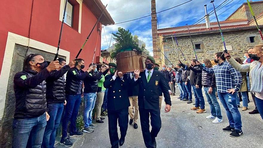"""Bastones al cielo por Gelito: esquiadores despiden al """"Galgo de Pajares"""" con los palos en alto"""