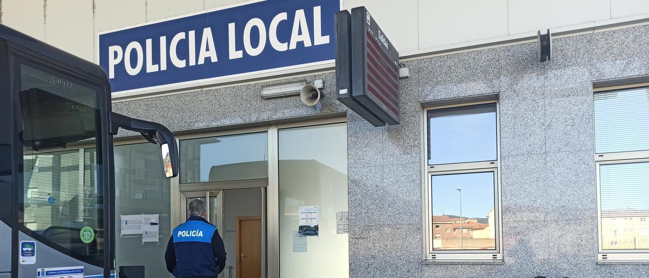 Dependencias de la Policía local de Grado, en el edificio de la estación de autobuses
