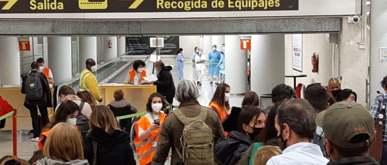 Colas en el aeropuerto de Palma para presentar el certificado de control sanitario