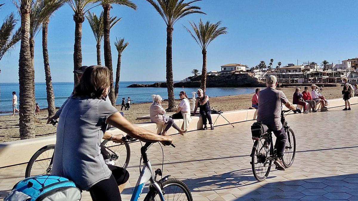 Vecinos y residentes de Xàbia disfrutan del sol en la playa del Arenal. | A. P. F.