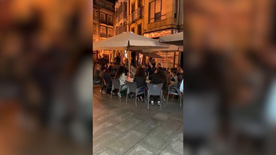 Los integrantes de la ópera Nabucco improvisan un concierto en una terraza de Oviedo