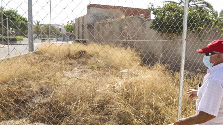 El Ayuntamiento contrata a una empresa para limpiar y vallar solares abandonados