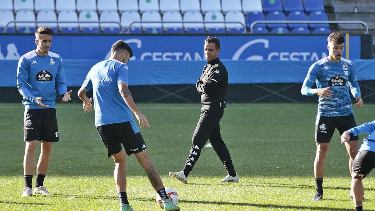Borja Jiménez camina entre sus jugadores en el entrenamiento del miércoles en Riazor. |  // CASTELEIRO / ROLLER AGENCIA