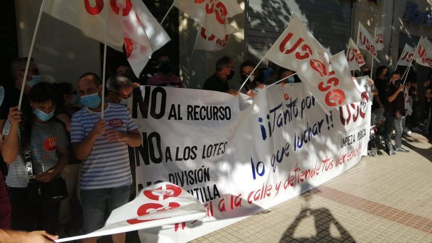 La plantilla de FCC protesta a las puertas de la sede del PSOE en Zaragoza