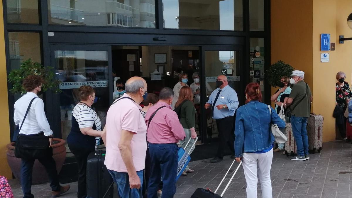 Imagen de participantes en el programa 'Castellón Sénior' llegando al Gran Hotel de Peñíscola (archivo).