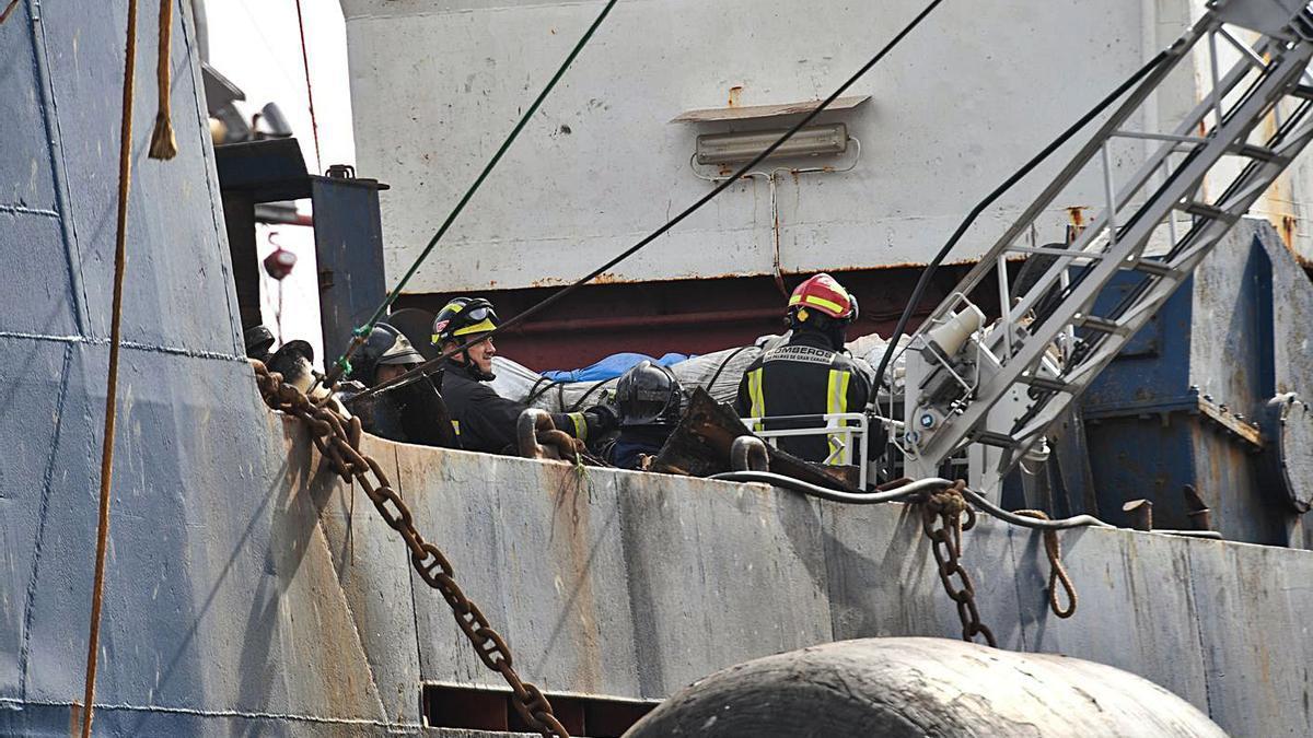 Los bomberos de la capital el pasado 25 de diciembre durante la extracción de uno de los tres fallecidos en el 'Sveaborg'