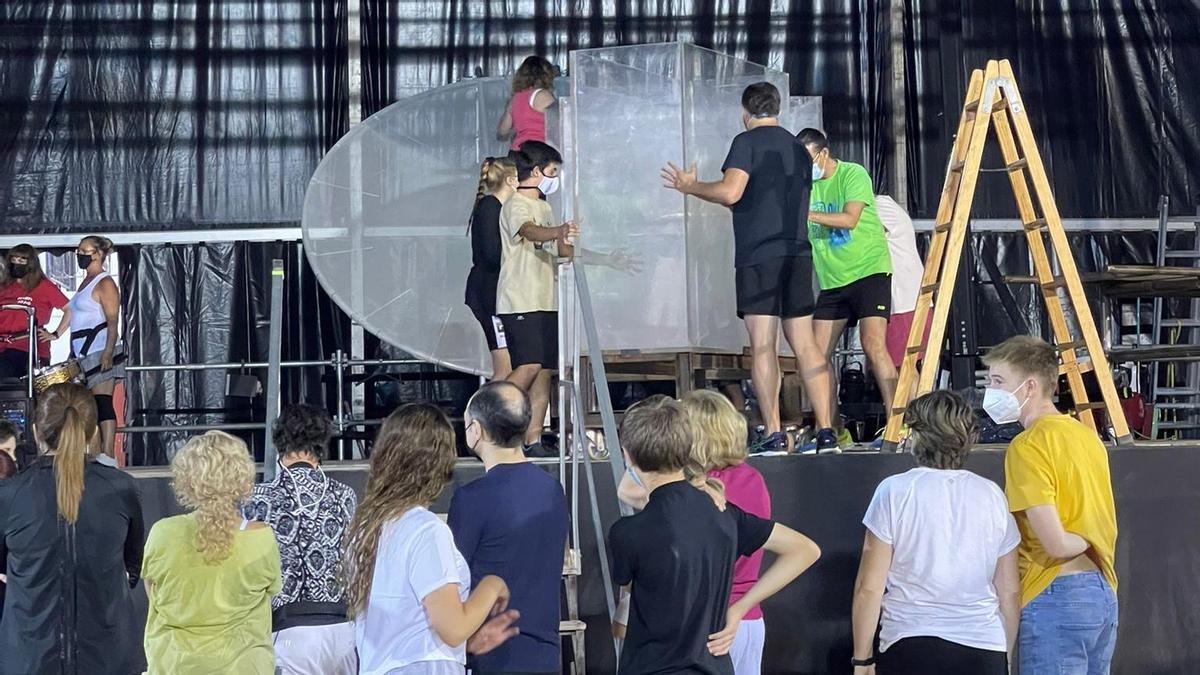 Alumnos de la Escola Municipal de Teatre de Vinaròs han participado en los ensayos previos de la propuesta.