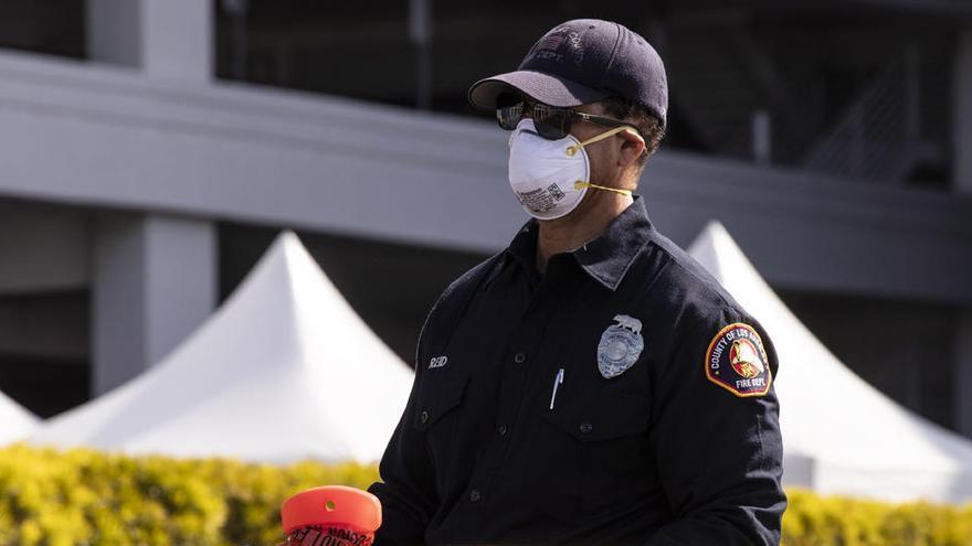 Un bombero coloca una cinta en California.