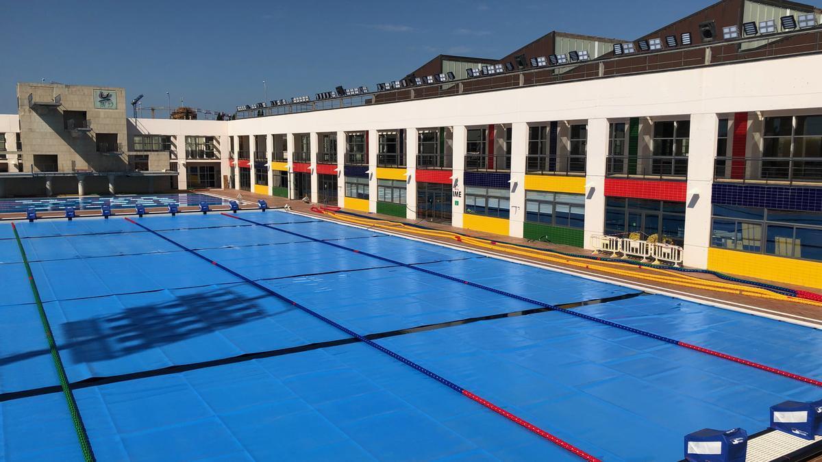 Imagen de la piscina exterior de Son Hugo, con las mantas térmicas